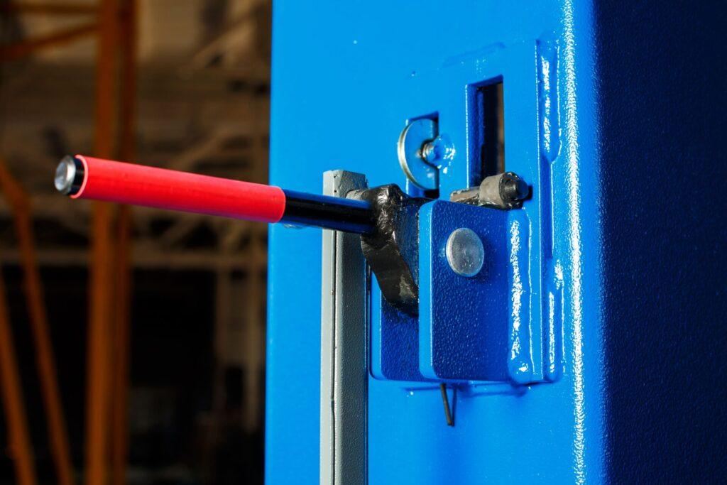 Открытая система замков безопасности флагманских моделей подъемников для СТО изготавливаемых нашим заводом